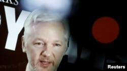 Julian Assange parle lors d'une conférence de presse à Berlin, Allemagne, le 4 octobre 2016.