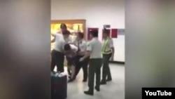 Hình ảnh trích ra từ đoạn phim đăng tải trên kênh YouTube cho thấy hải quan Việt Nam đang xô xát với một hành khách.