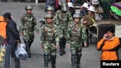 2011年5月中國軍人在西藏拉薩大昭寺附近的街道巡邏。