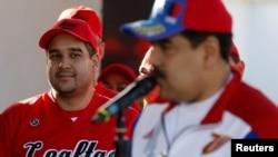 Nicolas Maduro Guerra, putra Presiden Venezuela Nicolas Maduro dan anggota Majelis Konstituen Nasional, mendengarkan ayahhya berpidato sebelum pertandingan softball di pangkalan militer Fuerte Tiuna, di Caracas, Venezuela, 28 Januari 2018. (Foto: Reuters)