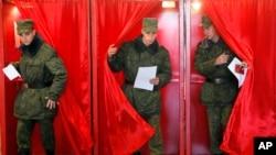 벨라루스에서 11일 대통령 선거가 치러진 가운데 육군 병사들이 투표소에서 투표를 마치고 나오는 모습.