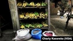 Un étalage des Bananes au marché de Bunia, 28 mars 2018. (VOA/Charly Kasereka)