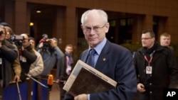 Presiden Uni Eropa Herman Van Rompuy (tengah) tiba pada KTT Anggaran Uni Eropa di Brussels (23/11).
