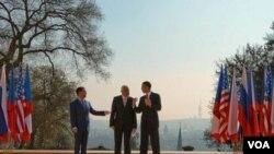 Presiden Rusia Dmitri Medvedev (kiri) dan Presiden AS Barack Obama menyepakati pengurangan senjata strategis di Praha, 9 April 2010.