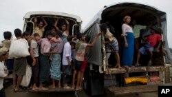 지난해 5월 버마의 소수민족 로힝야족이 폭력사태를 피해 락힌주 북서부에서 피난하고 있다. (자료사진)