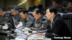 한민구 한국 국방장관이 10일 전군 주요지휘관 화상회의를 주재하고 있다.