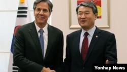 지난해 10월 한국을 방문한 토니 블링큰 미 국무부 부장관(왼쪽)이 6일 서울에서 조태용 당시 한국 외교부 1차관과 만나 악수하고 있다.