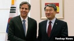 지난해 10월 한국을 방문한 미 국무부의 토니 블링큰 부장관(왼쪽)이 정부서울청사 별관 외교부에서 조태용 한국 외교부 1차관과 만나 악수하고 있다. (자료사진)