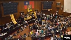 學生佔領立法院議場主席台(美國之音申華拍攝)