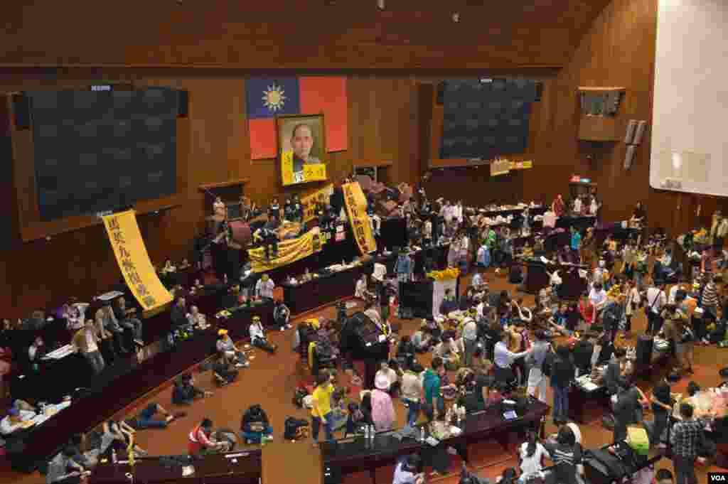 学生占领立法院议场主席台(美国之音申华拍摄)
