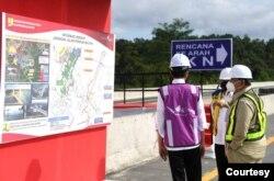 Presiden didampingi oleh Menhan Prabowo Subianto (kanan) dan Menteri PUPR Basuki Hadimuljono ketika meninjau akses sodetan jalan menuju IKN. (Biro Setpres)