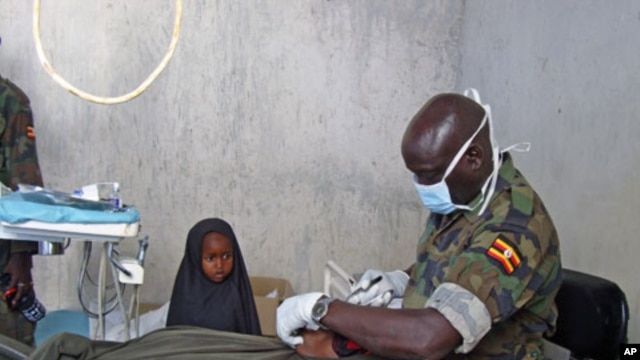 An Ugandan peacekeeper treats a patient at a military hospital in the capital Mogadishu, Dec 13, 2010 (file photo)