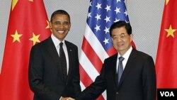 Presiden Amerika Barack Obama (kiri) dan Presiden Tiongkok Hu Jintao berjabat tangan sebelum memulai pertemuan bilateral di Seoul, Korea Selatan (26/3)