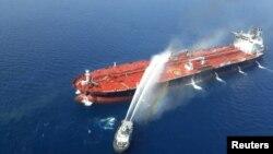 Sebuah kapal AL Iran mencoba memadamkan api di sebuah kapal tanker yang diserang di Teluk Oman, 13 Juni 2019. (Foto: Tasnim News Agency via Reuters)