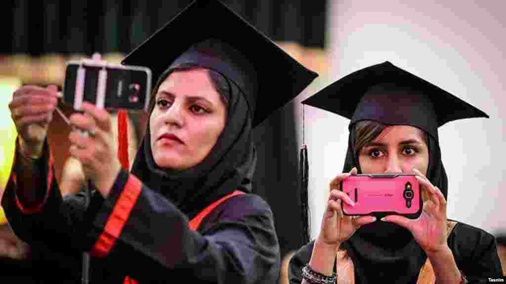 دو دانشجو درصدد عکس گرفتن در نخستین جشن فارغ التحصیلی دانشگاه فرهنگیان بوشهر عکس: حسین استوار، تسنیم