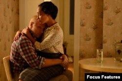 بازیگران جول اجرتون و روث نگا در فیلم لاوینگ از جف نیکولز