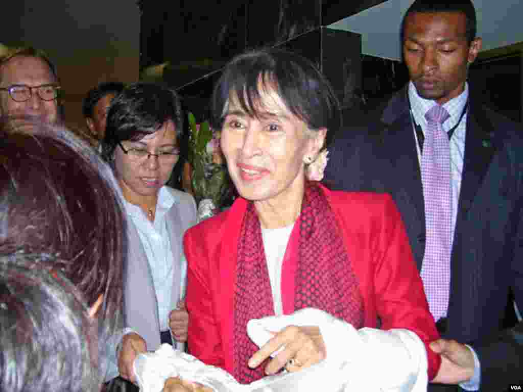 Burma's opposition leader Aung San Suu Kyi at the Voice of America, September 18, 2012 (Neeta Maskey Torrini/VOA)