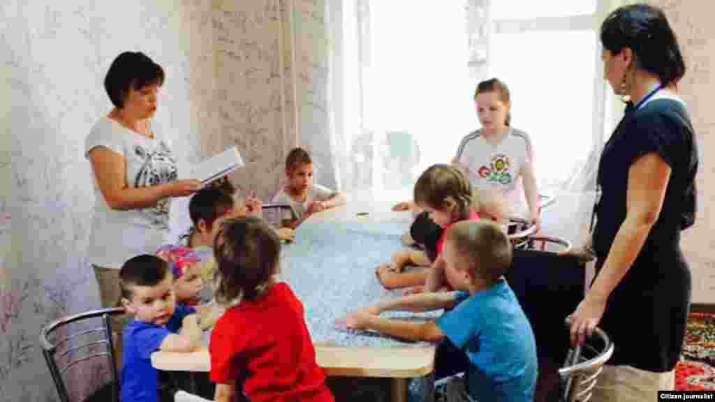 Kiyevda panoh topgan bolalarga volontyor ruhshunoslar yordam beradi. 3-iyun, 2015-yil.