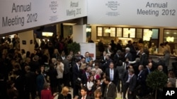 參加在瑞士舉行的達沃斯論壇的與會人士1月25日在舉行會議的大堂前等候進場。