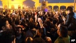 Cổ động viên đội bóng đá Zamalek tụ tập bên ngoài sân vận động Air Defense Stadium trong một khu ngoại ô Cairo để xem trận đấu giữa câu lạc bộ Zamalek và Enppi, 8/2/15