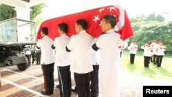 The Guard of Honour carry the casket of Singapore's first prime minister Lee Kuan Yew in Singapore March 25, 2015.