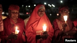 """Những người vận động chiến dịch """"Trả lại các nữ sinh cho chúng tôi"""" tụ tập tại một buổi lễ thắp nến ở Abuja đánh dấu ngày thứ 500 kể từ khi các nữ sinh bị bắt cóc ở Chibok, Nigeria, ngày 27/8/2015."""