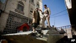 22일 예멘 대통령 관저 앞에서 후티 반군이 정부군으로부터 탈취한 장갑차 위에 서 있다.