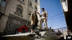 Yemeni Houthi Shi'ite rebels remain outside the house of Yemen's President in Sanaa, Yemen.