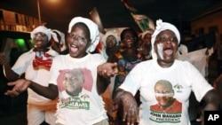 Pendukung Presiden Ghana John Dramani Mahama merayakan kemenangannya pada pemilihan umum. (AP/Christian Thompson)