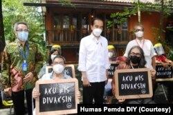 Jokowi bersama sejumlah seniman yang menerima vaksin di PSBK Yogyakarta. (Foto: Courtesy/Humas Pemda DIY)