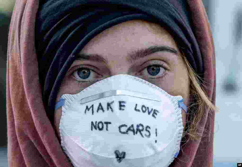 همزمان با نمایشگاه تازههای خودرو در فرانکفورت، گروهی از بیرون نمایشگاه به آن معترض هستند. روی ماسک این زن جوان نوشته شده «به جای ماشین، عشق بسازید». معترضان خواستار شفافیت سیاست های دولت در صنعت خودرو شده اند.