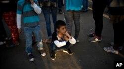 Một cậu bé chờ nhận thực phẩm tại Trung tâm Thể thao Benito Juarez ở Tijuana, Mexico ngày 26/11/2018.