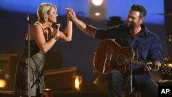 Blake Shelton y Gwen Sebastian en la entrega de premios de la Academia de Música Country.