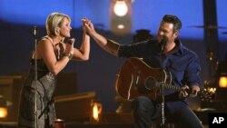 Gwen Sebastian y Blake Shelton en la 49a. Entrega de Premios de la Academia de Música Country.