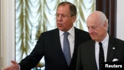 스테판 데 미스투라 유엔 시리아 특사(오른쪽)가 3일 모스크바에서 세르게이 라브로프 러시아 외무장관과 만났다.