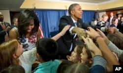 Perzident Barak Obama və xanımı Mişel Obama Kubada ABŞ səfirlyinin işçilərinin uşaqları ilə görüşür