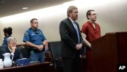 Penembak di bioskop Colorado, James Holmes (kanan, baju merah) tampil bersama pengacaranya, Daniel King dalam sidang di pengadilan Centennial, Colorado, Rabu (26/8).
