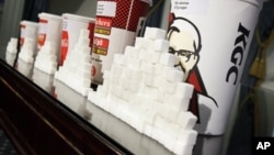 Poređenje količine šećera koji se stavlja u različite veličine pakovanja gaziranih pića i drugih slatkih napitaka