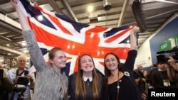 苏格兰爱丁堡的支持留在英国的人举着英国国旗。