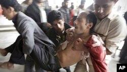 一名受傷的示威者被抬離也門薩那與安全部隊發生衝突的現場。