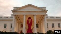 A propósito de conmemorarse este jueves el Día Mundial de la lucha contra el SIDA, la Casa Blanca luce en su portal un gigantesco lazo rojo.