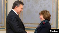 乌克兰总统亚努科维奇(左)12月10日在基辅与欧盟外交政策负责人阿什顿握手。