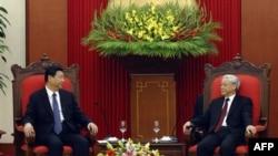 Tổng bí thư đảng cộng sản Việt Nam Nguyễn Phú Trọng (phải) họp với Phó chủ tịch Trung Quốc Tập Cận Bình tại Hà Nội hôm 21/12/11