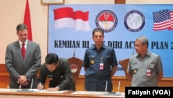 Kementerian Pertahanan menandatangani kerjasama pertahanan dengan DIRI di kantor Kementerian Pertahanan, Jakarta, 7 Januari 2015 (Foto: VOA/Fatiyah).