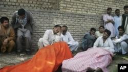 Warga Afghanistan meratapi anggota keluarganya yang tewas akibat serangan bom di Herat, Afghanistan (10/4).