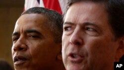 លោកអតីតប្រធានាធិបតីអាមេរិកនិងលោកនាយក FBI លោក James Comey ចូលរួមក្នុងពីប្រគល់តំណែងរបស់លោកជាប្រធាន FBI នៅទីស្នាក់ការកណ្តាលរបស់ FBI រដ្ឋធានីវ៉ាស៊ីនតោន កាលពីថ្ងៃ ទី ២៨ តុលា ២០១៣។ Oct. 28, 2013.