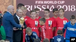 Президент Путін та президент FIFA з кубком світу на стадіоні у Москві 9 веревня 2017р.