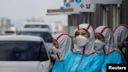 Staf medis virus coron di Pusat Medis Universitas Yeungnam di Daegu, Korea Selatan, 3 Maret 2020. (Foto: Reuters)