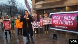 苹果公司的支持者在华盛顿联邦调查局总部外集会,支持苹果在手机解密问题上拒绝与政府合作。(2016年2月23日)