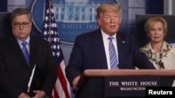 Donald Trump fala com jornalistas
